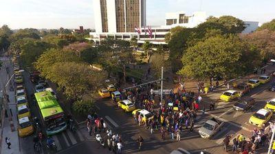 """Taxistas denuncian """"amenazas"""" si no se adhieren al enjambre"""
