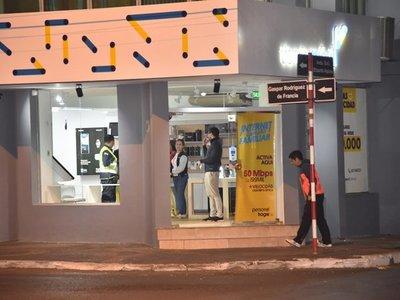Hinchas roban celulares de alta gama en tienda de Luque