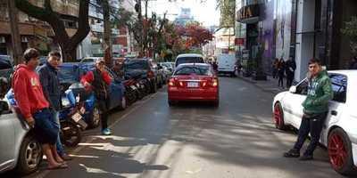 Prepotentes cuidacoches se adueñan de calles en el microcentro de CDE