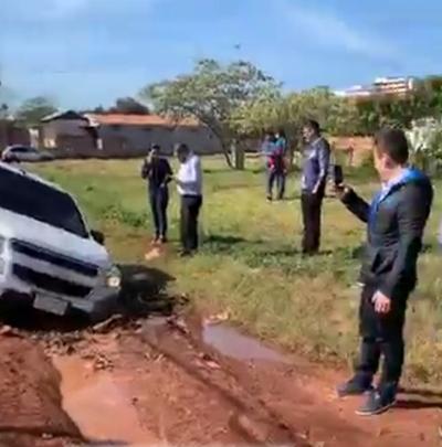 Camioneta de Prieto queda estancada en barro de la calle del km 8 Monday