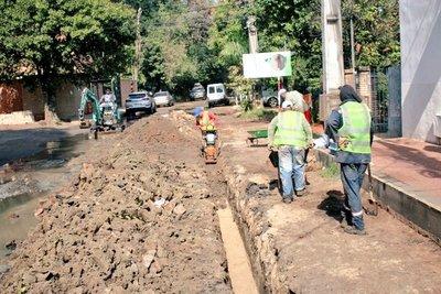 Essap inició obras en la red cloacal en el barrio Ykua Satí
