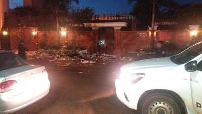 Con huevazos, basura, petardos y gritos, escrachan a los Zacarías en su residencia