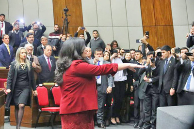 Llanes jura ante Congreso en la sala bicameral