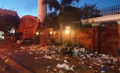 Con basuras y petardos escrachan a la familia Zacarías