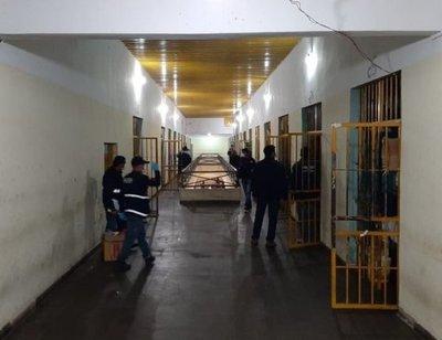 Requisan armas y celulares de reclusos, en cárcel de Concepción