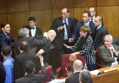 Senador Riera agrede físicamente a Payo Cubas