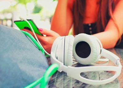 Más de una hora con música al tope en los auriculares, es peligroso. · Radio Monumental 1080 AM