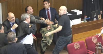 Enrique Riera le dio su teté a Payo en el Senado