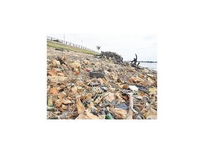 Bajante crea minivertedero en la playa de la Costanera
