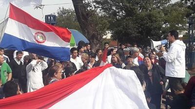 Funcionarios de Clínicas extienden su marcha hasta el Ministerio de Hacienda