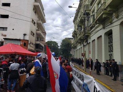 Manifestación de trabajadores de Cínicas se traslada frente a Hacienda