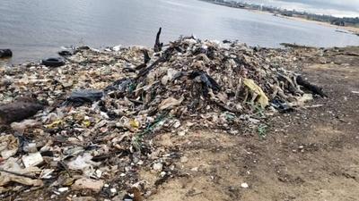 """HOY / """"Regalo"""" nauseabundo de muchos  asuncenos al río Paraguay: 3.000  kilos de basura en la Costanera"""