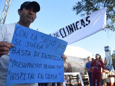 Funcionarios de Clínicas llegan a acuerdo, pero mantienen huelga
