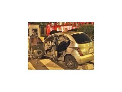 Automóvil impacta frente al Palacio
