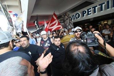 Barras actúan de 'guardaespaldas' y agreden a reporteros