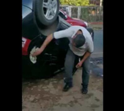 Volcó el auto, pero igual lo siguió limpiando