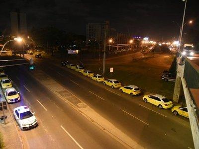Taxista denuncia que desconocidos dispararon contra su taxi en Ñemby