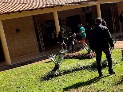 """Escrachadores y seguidores de """"Kelembu"""" en guerra a honditazos, pedradas y garrotazos"""