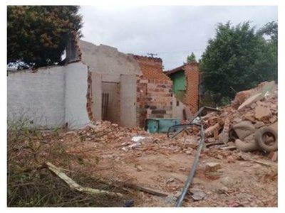 Tractor de la muni de San Lorenzo echó una cocina por accidente