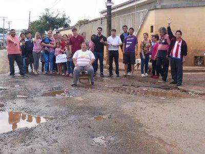 """Salieron de su """"zona de confort"""" y exigieron que reparen la calle"""
