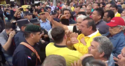 HOY / Violentos taxistas agreden a ciudadanos y policías: hay un detenido