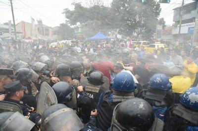Paro de taxistas: Policía usa la fuerza para despejar Mariscal López