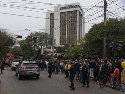 Taxistas acatan orden judicial y liberan tránsito en Mariscal López