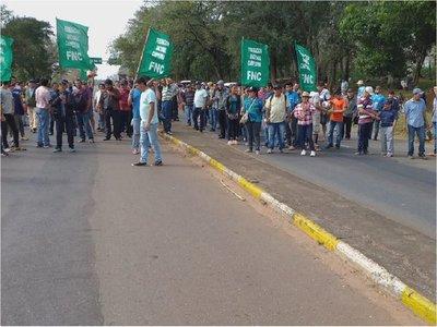 Productores de mandioca de Caaguazú cierran la ruta 7