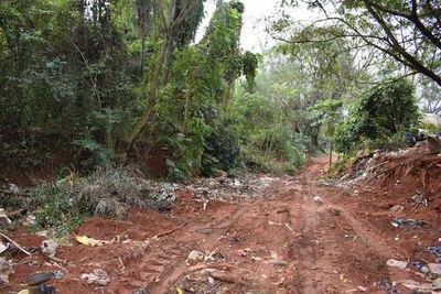 Camión recolector de la Municipalidad de Areguá descargó basura en calle vecinal