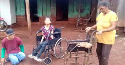 Le donó su propia silla de ruedas