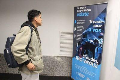 Instalan banners en el aeropuerto para concienciar sobre la trata de personas