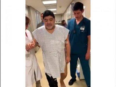 Maradona se recupera de la operación de la rodilla