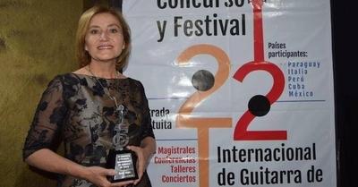 "HOY / Berta Rojas recibió ""Guitarra de Plata"" como homenaje a su trayectoria"