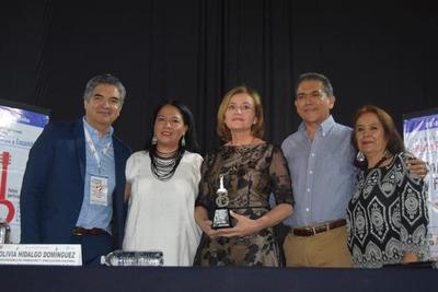 "Berta Rojas, recibió ""Guitarra de Plata"" como homenaje a su trayectoria"