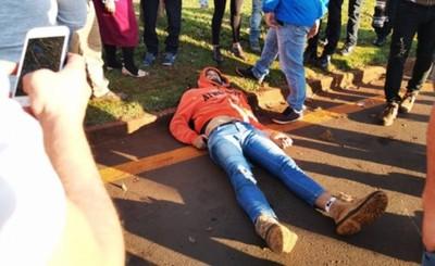 Cayó de su moto, le chocó un auto y murió