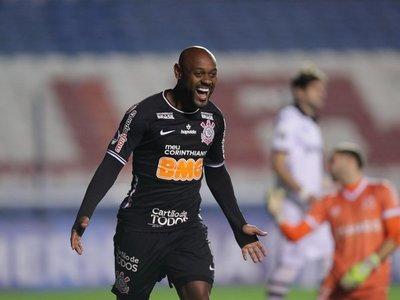 Corinthians se cita con Fluminense tras una gran noche de Vagner Love
