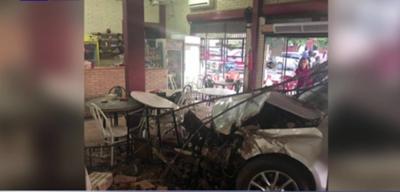 Perdió el control de su auto e ingresó a un local gastronómico