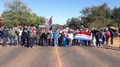 Cierran ruta y exigen al MOPC asfalto en cruce de comunidades rurales