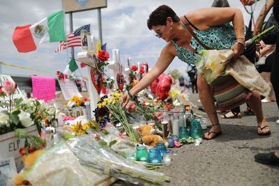 Sumido en el duelo tras matanza, El Paso rechaza visita de Trump
