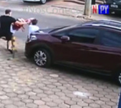 Ladrones de vehículos embisten a una familia