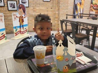 Niño le pidió dos mil, pero él le compró un combo de hamburguesa