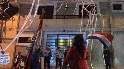 Tensión entre manifestantes y policía frente a vivienda de Alliana