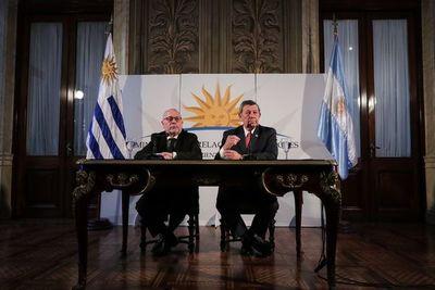 """Uruguay y Argentina abogan por """"vida institucional"""" de Paraguay"""