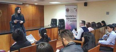 Estudiantes de CDE visitan el Palacio de Justicia