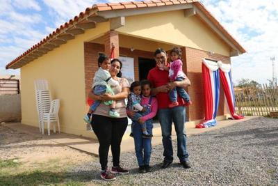 Gobierno entregó subsidios habitacionales a unas mil familias
