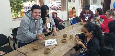 Recuerdan el Día Internacional de las Poblaciones Indígenas, enseñando técnicas de artesanía en Ayolas