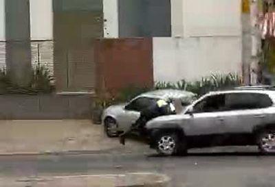 Conductor se llevó sobre el capó a un agente de PMT y luego le pegó