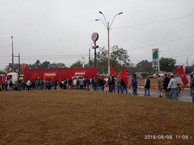 """Manifestantes de Coronel Oviedo rumbo a Asunción para repudiar a los """"vendepatria"""""""