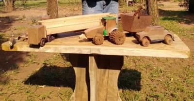 Niño artista crea sus propios juguetes de madera