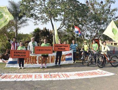 Protesta contra cierre de ciclovía en Parque Guasu